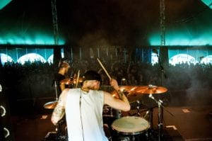 Si playing drums